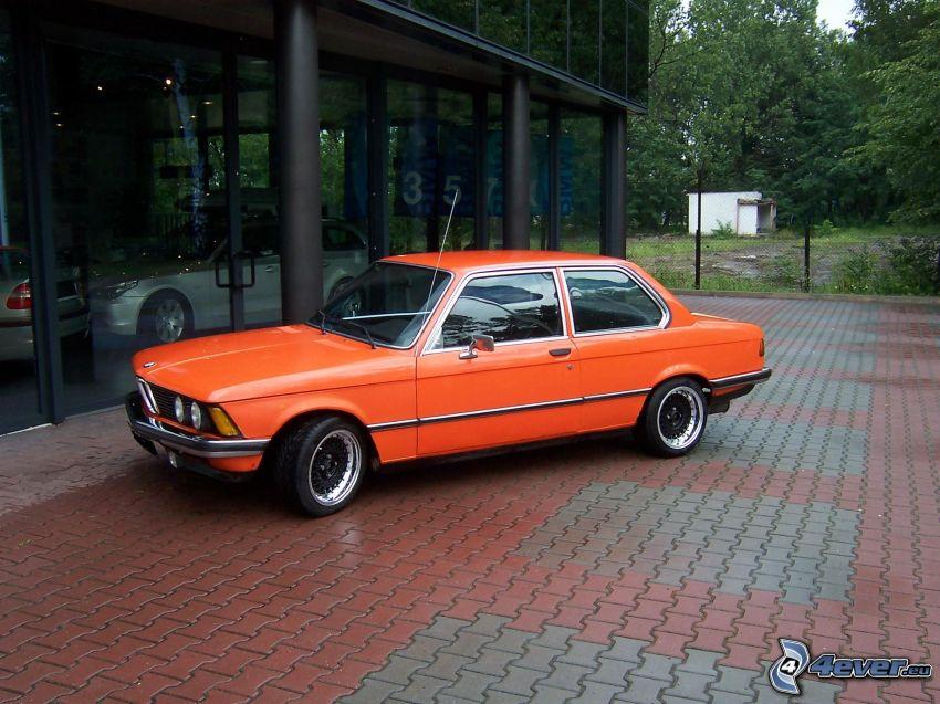 BMW E21, edificio, acera