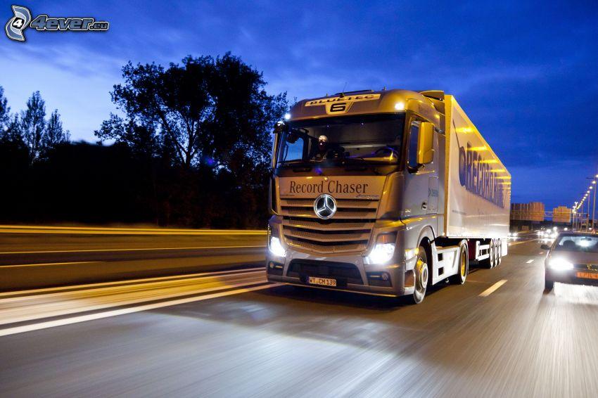 camión, Mercedes-Benz, carretera por la noche, acelerar, coche