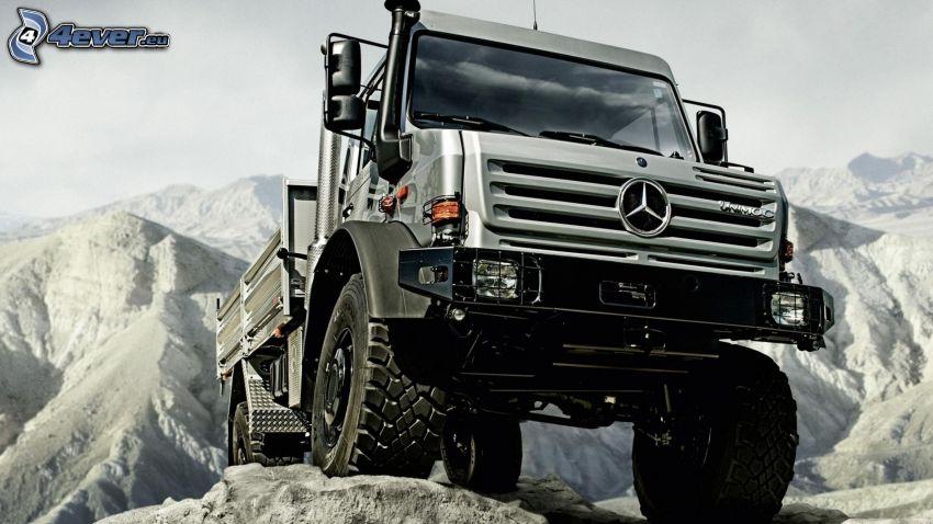 Mercedes, camión grande, terreno, colinas cubiertas de nieve