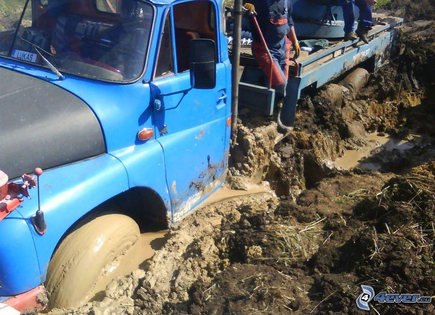 Tatra 148, hundirse, barro