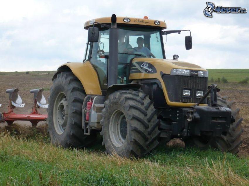 tractor en el campo, arada
