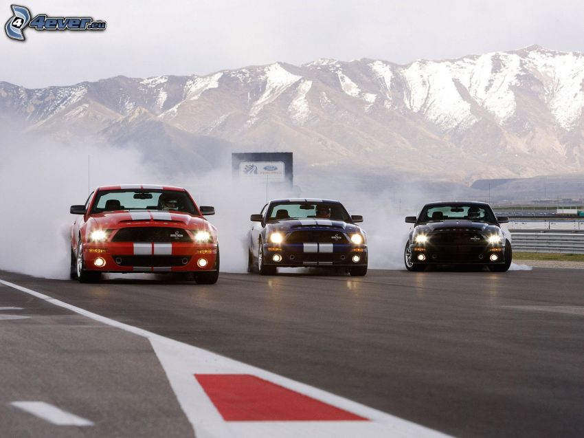 Ford Mustang Shelby GT500, coche de carreras, carreras en circuito, humo, colinas cubiertas de nieve