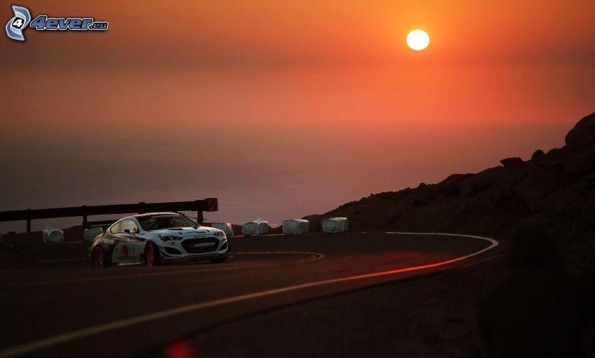 Hyundai, coche de carreras, curva, puesta de sol sobre el mar