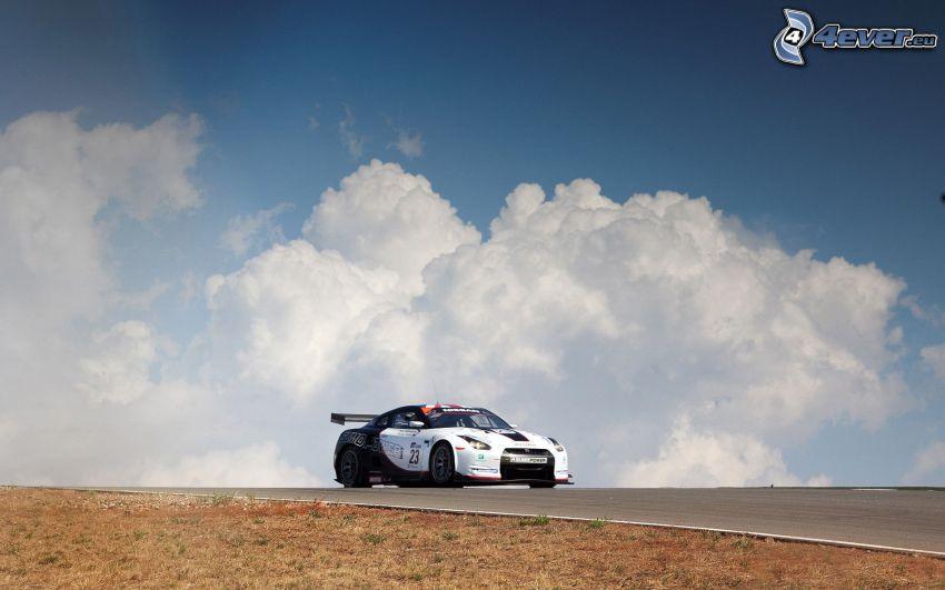 Nissan GTR, coche de carreras, nubes