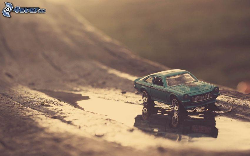 coche juguete, charco