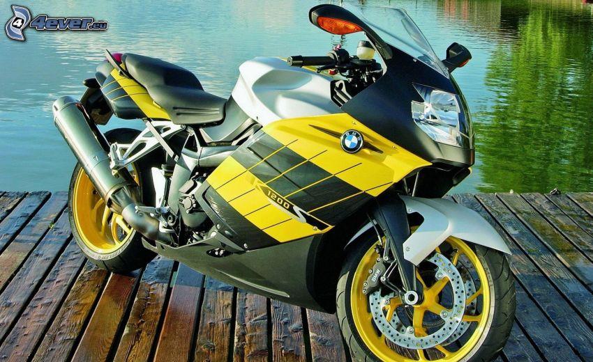 BMW motocicleta, muelle, lago