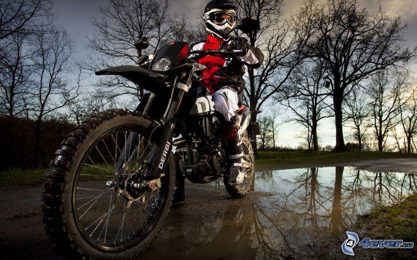 Derbi Senda DRD, motociclista, charco, árboles, reflejo