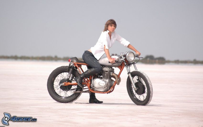 Honda CB360, mujer en una motocicleta