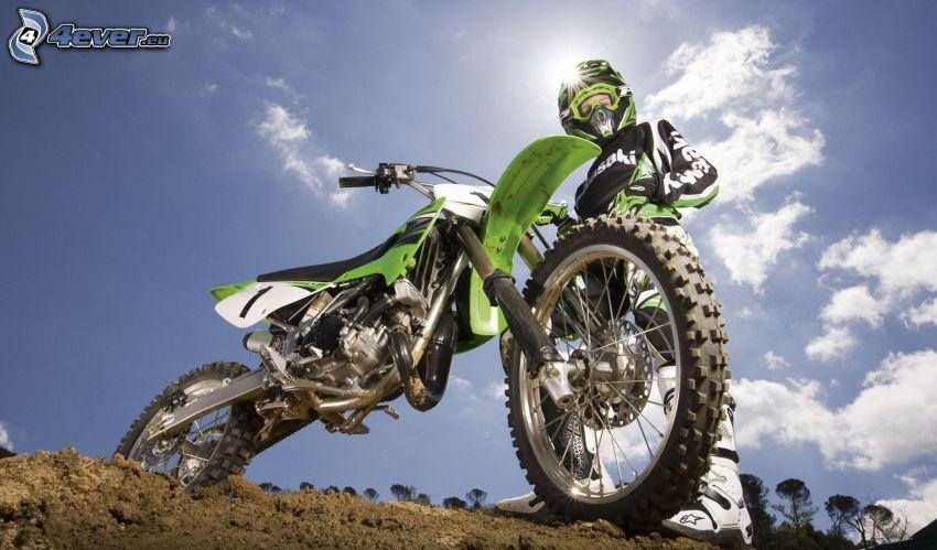 Kawasaki, motocross, arcilla, cielo azul
