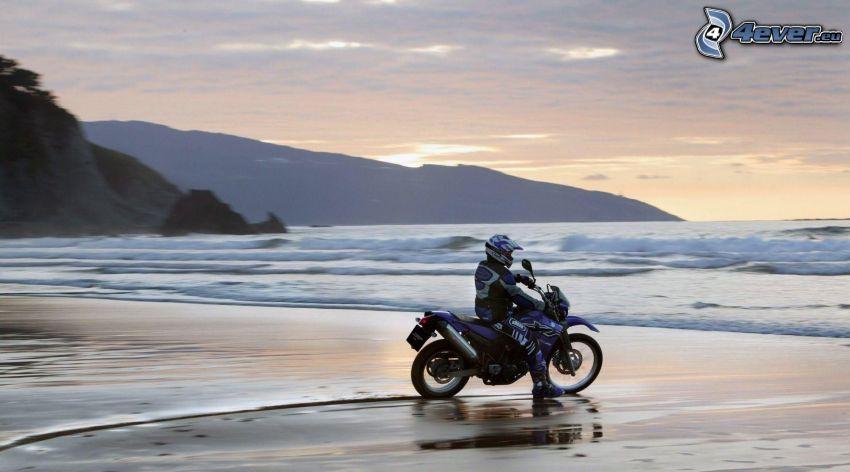motociclista, mar