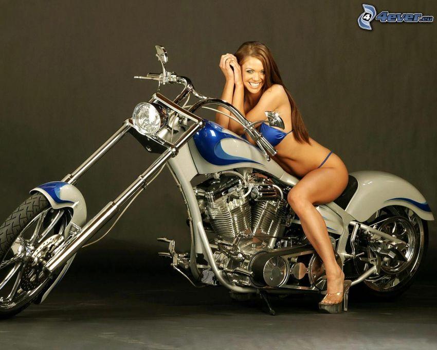mujer en una motocicleta, traje de baño azul