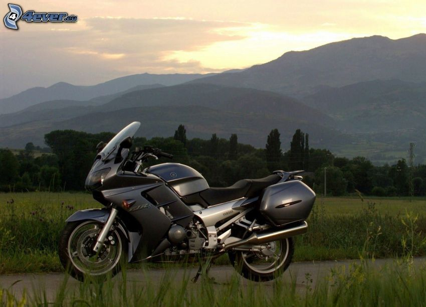 Yamaha, colina, atardecer