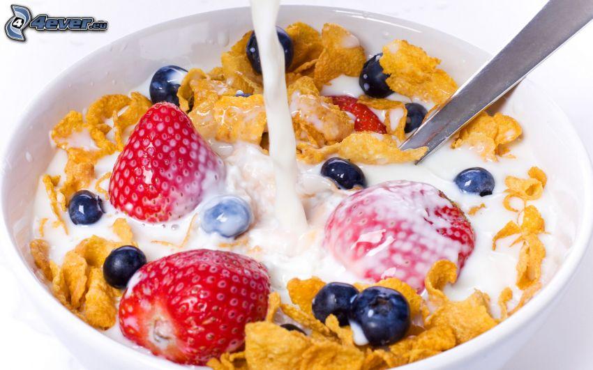 corn flakes, desayuno, leche, fresas, arándanos
