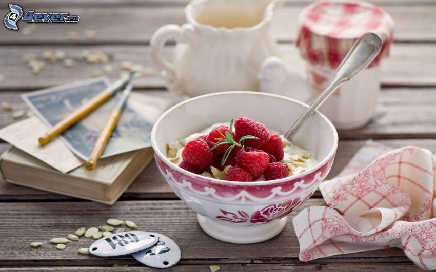 desayuno, frambuesas, muesli, libro, bolígrafos