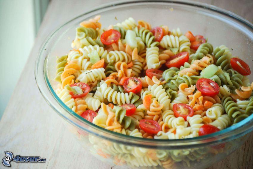Ensalada de pasta, tomates, tazón