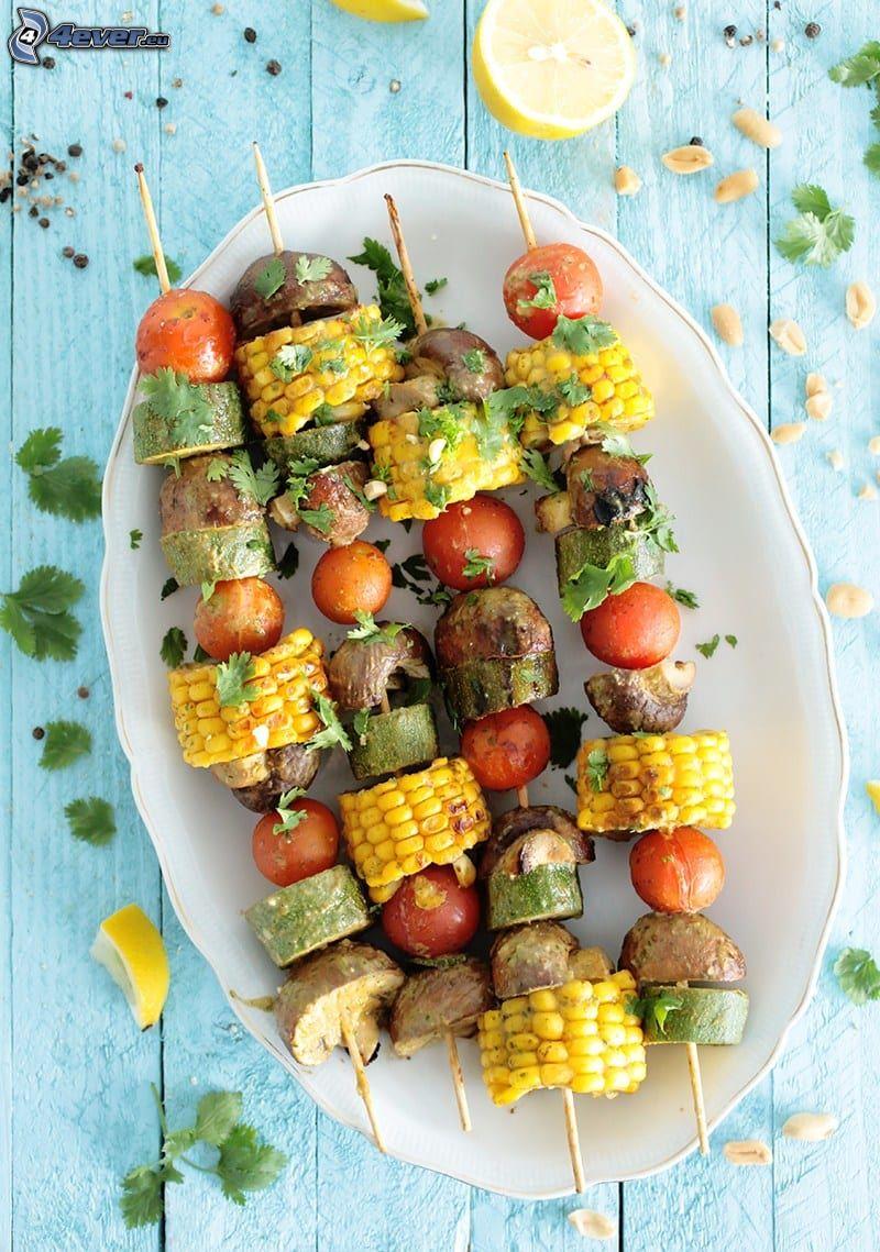 pincho a la plancha, hongos, maíz, tomates cherry, limones