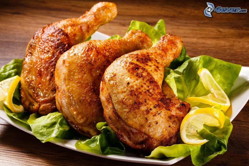 pollo asado, ensalada, rodajas de limón