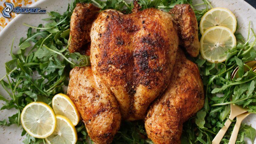 pollo asado, rodajas de limón, ensalada