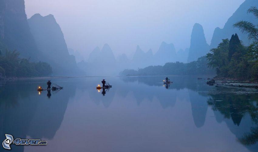 río, balsa, hombres, montañas, niebla