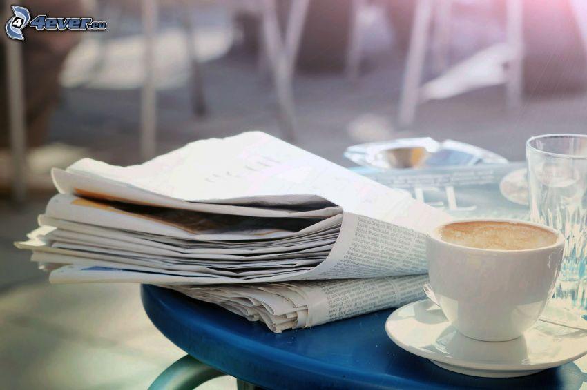 taza de café, periódico