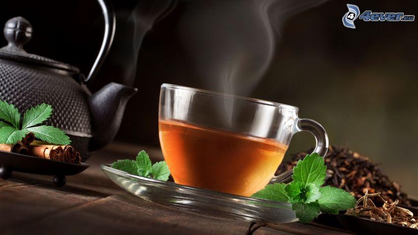 taza de té, tetera, hojas de menta