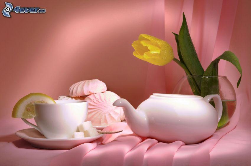 tetera, taza de té, limón, tulipán amarillo, postre