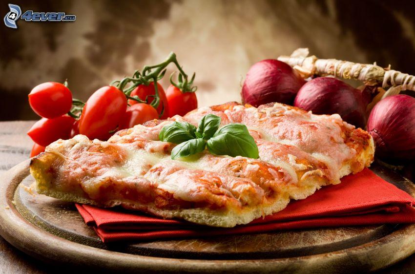 trozo de pizza, tomates cherry, cebolla