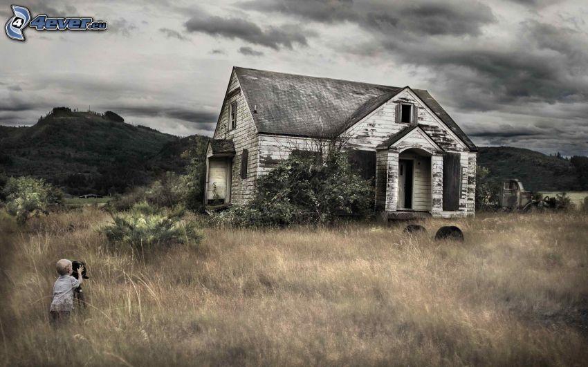 antigua casa de madera, niño pequeño, hierba seca, HDR