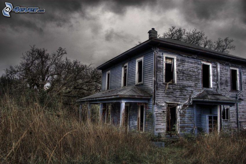 casa abandonada, antigua casa de madera, hierba seca, hierba alta