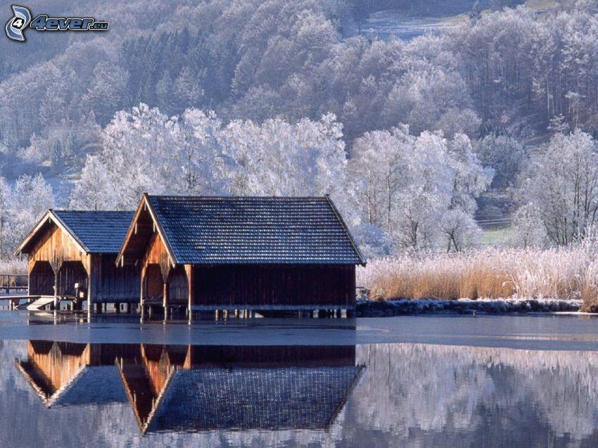 casas pequeñas, lago, árboles nevados