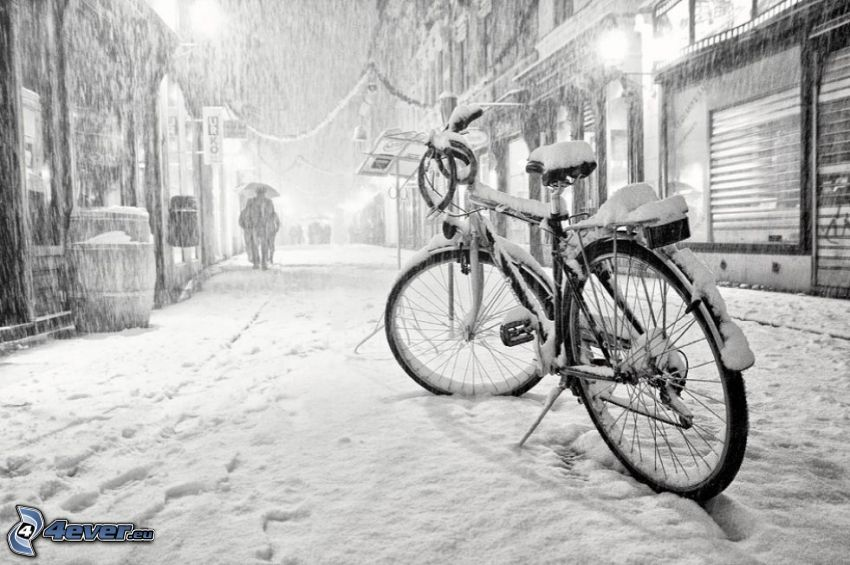 bicicleta, calle cubierta de nieve
