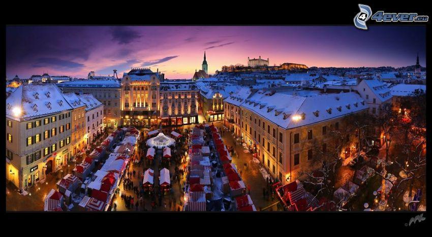 Bratislava, Mercados de Navidad, plaza, Ciudad al atardecer, después de la puesta del sol