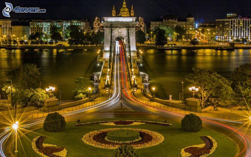 Budapest, puente, rotonda por la noche, iluminación