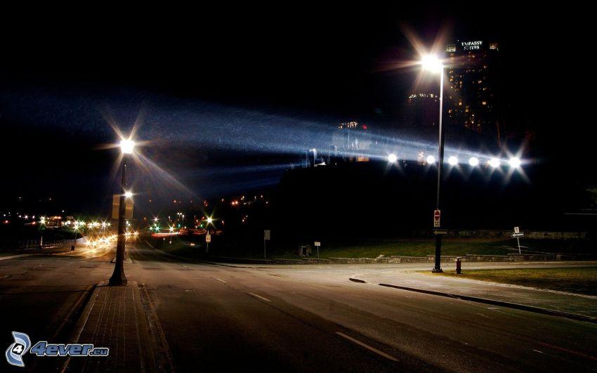 calle iluminada, ciudad de noche