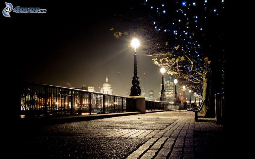 calle iluminada