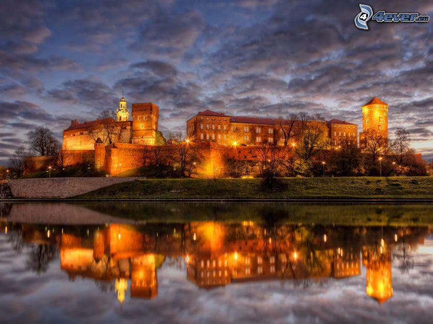 Castillo de Wawel, Cracovia, ciudad de noche, nubes oscuras, reflejo, HDR