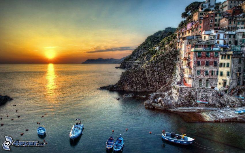 Cinque Terre, ciudad costera, puesta de sol sobre el mar, HDR