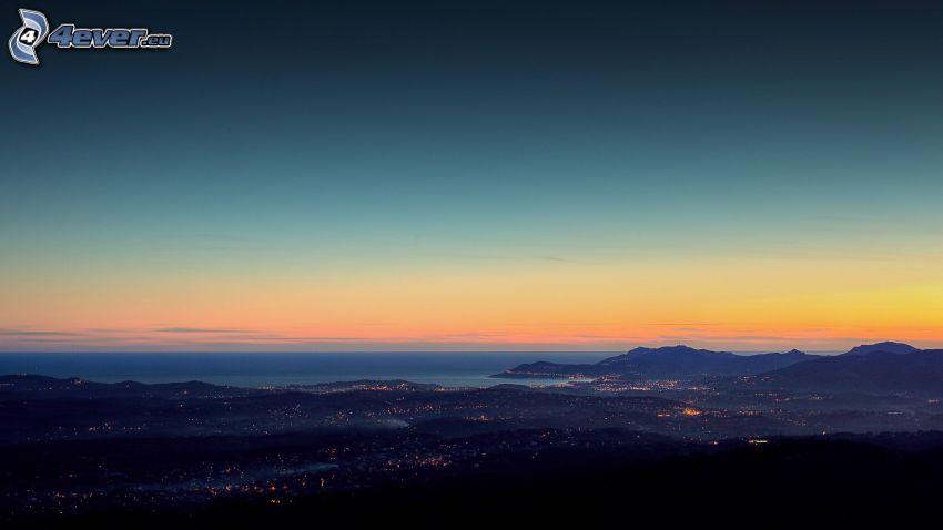 Ciudad al atardecer, después de la puesta del sol