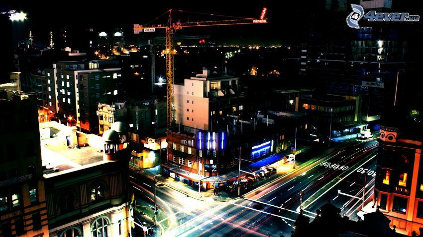 ciudad de noche, calle, grúa
