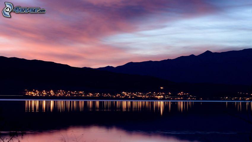ciudad de noche, ciudad costera, montañas, cielo de la tarde