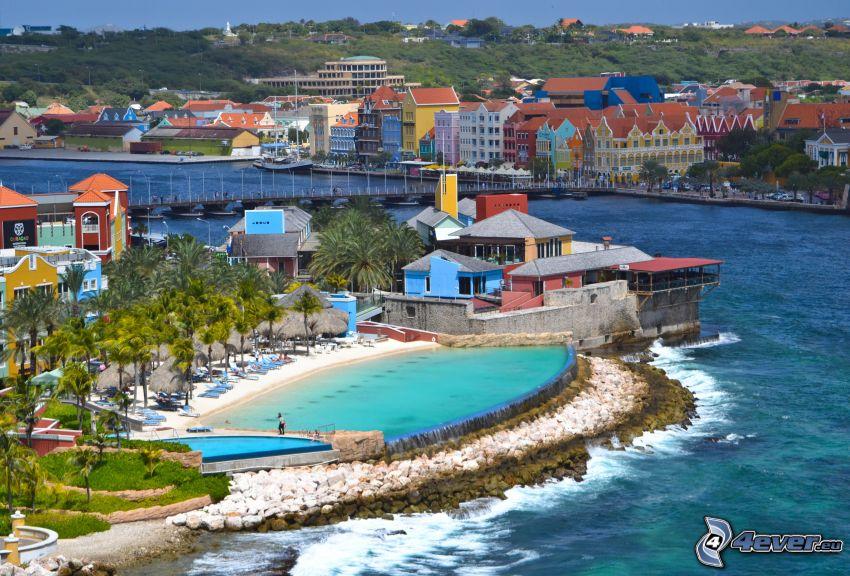 Curaçao, ciudad costera, piscina