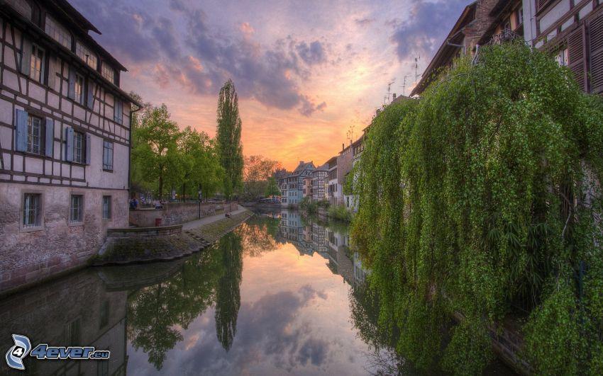 Estrasburgo, Francia, río, casas, árboles, puesta de sol anaranjada, reflejo