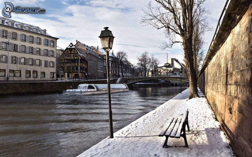 Estrasburgo, río, banco nevado, lámpara de calle