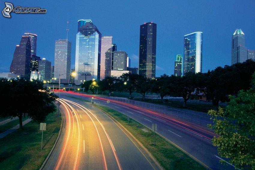 Houston, rascacielos, carretera en noche