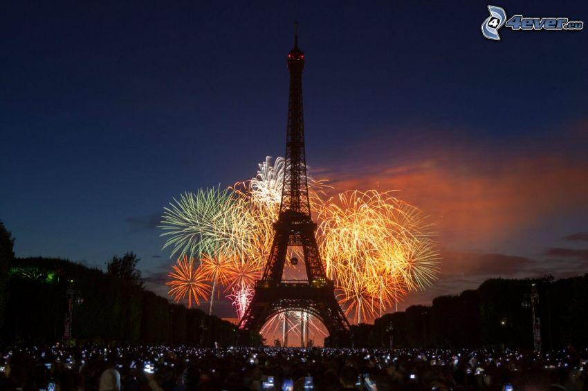 La torre Eiffel de noche, fuegos artificiales