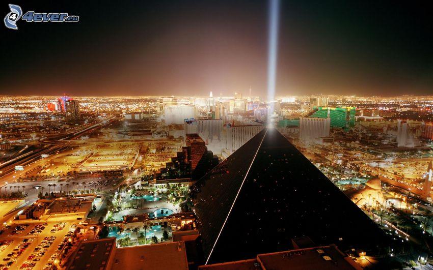 Luxor Hotel, Las Vegas, pirámide, ciudad de noche