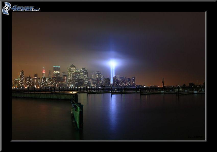 Manhattan, New York, ciudad de noche, WTC memorial, rascacielos, luz intensa