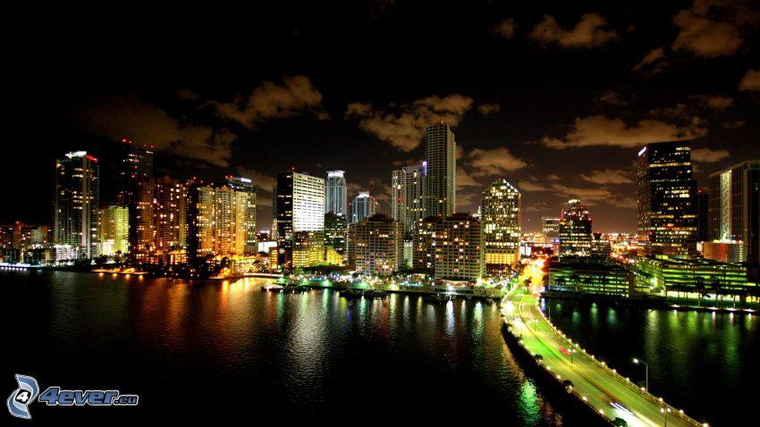 Miami, ciudad de noche, rascacielos, puente