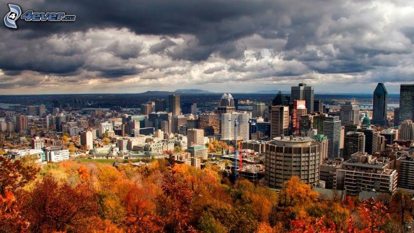 Montreal, nubes, árboles coloridos del otoño
