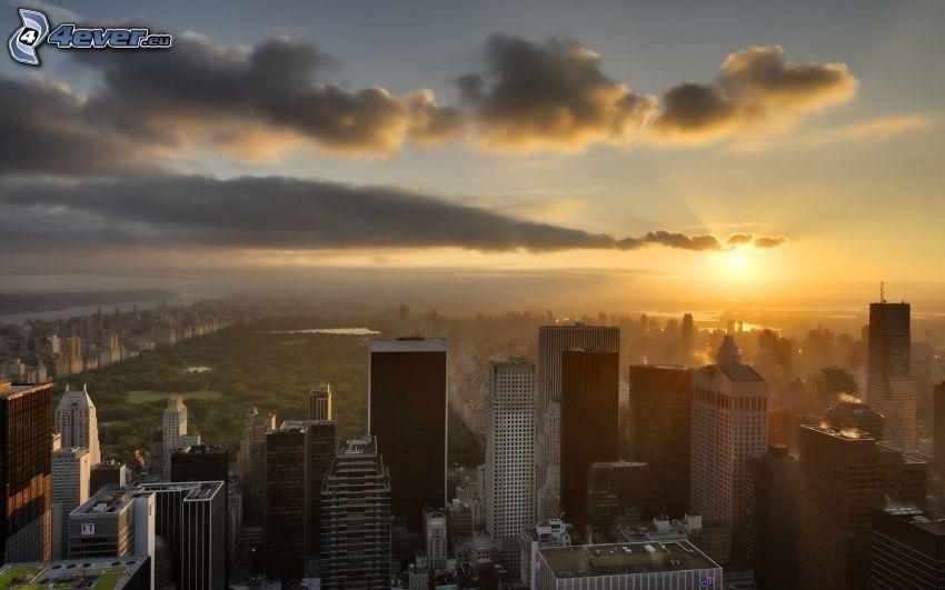 New York, Central Park, puesta de sol sobre la ciudad